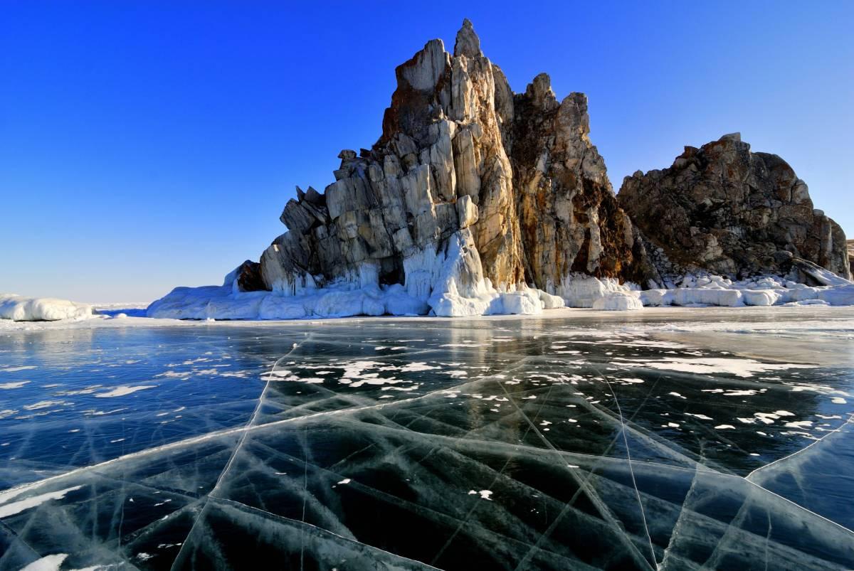 Фото озера Байкал зимой.