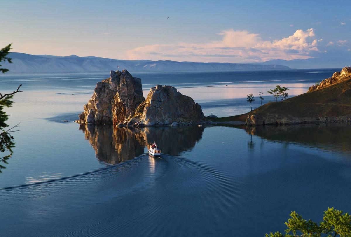 Скала́ Шаманка (также мыс Бурхан, Шаманский мыс, Пещерный мыс) — мыс в средней части западного побережья острова Ольхон, на озере Байкал