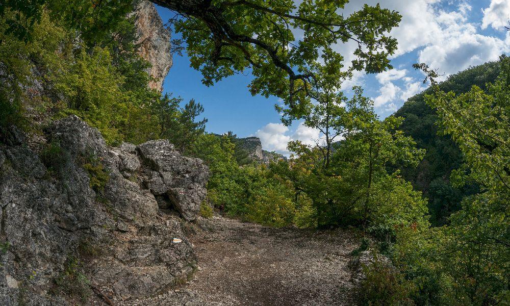 Тропа у входа в Большой каньон Крыма