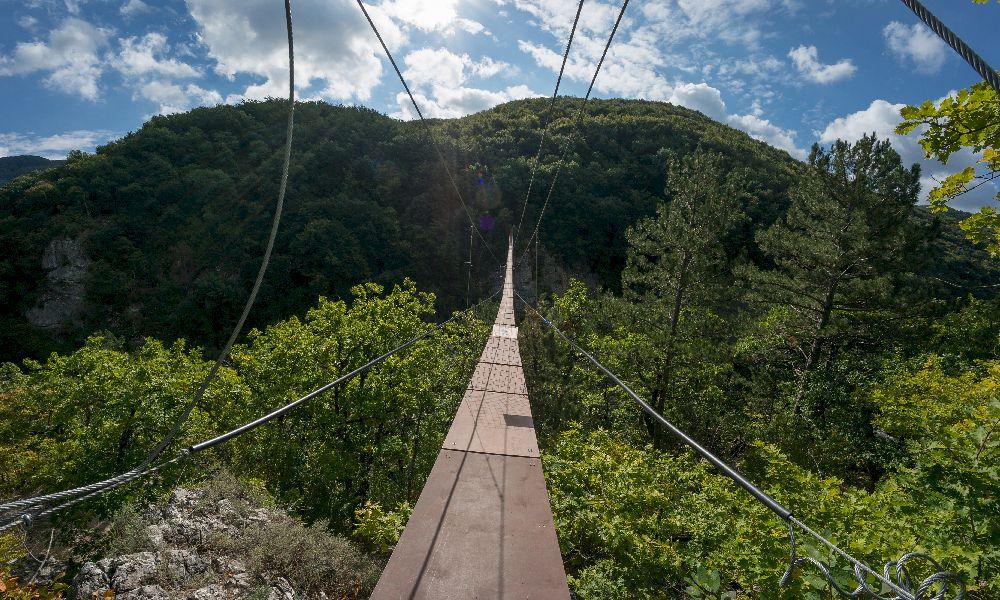 Подвесной мост через Большой каньон Крыма