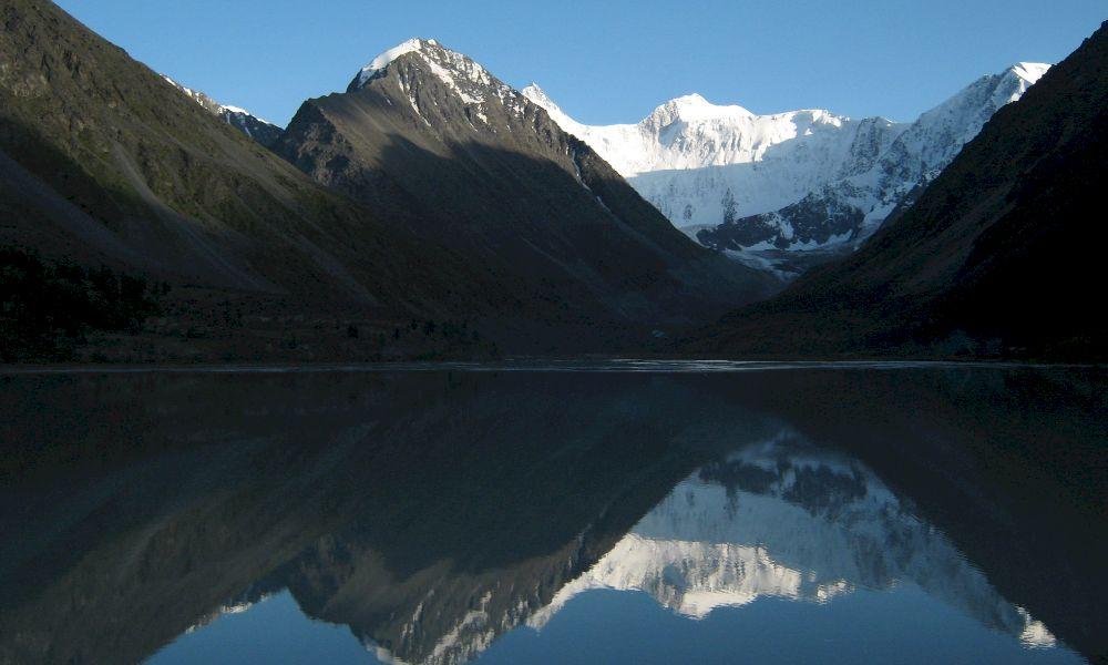 Гора Белуха в отражении озера Аккем