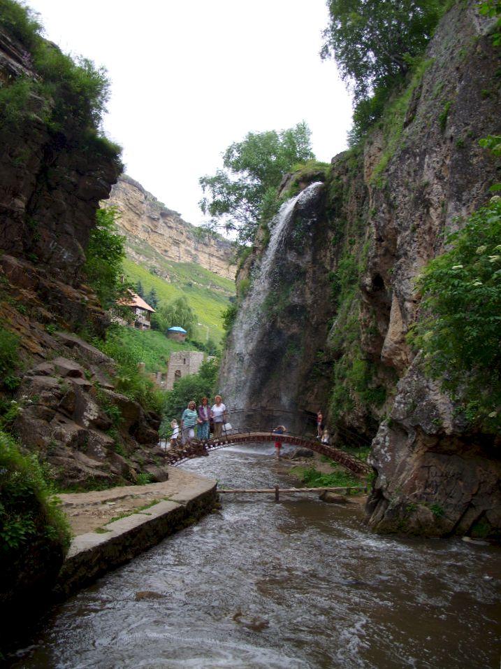 Медовые водопады. Скалы. Мост